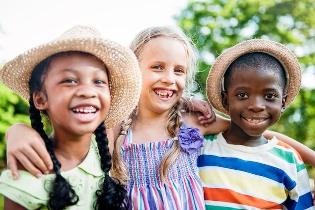 Enfant amis garçons filles ludique nature progéniture concept Photo Premium