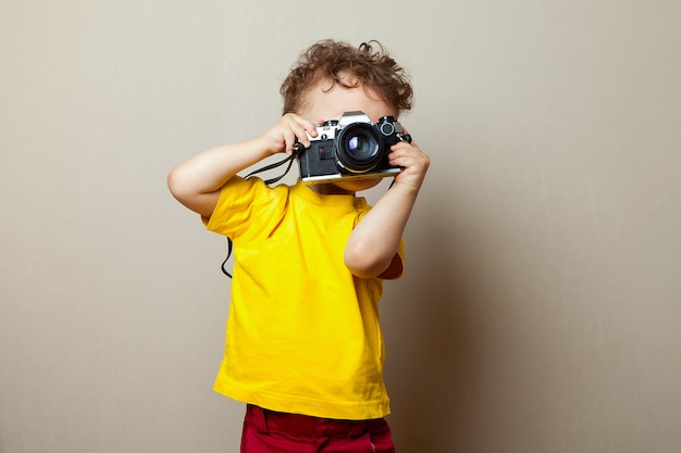 Enfant Avec Appareil Photo, Little Boy Photographing Photo Premium