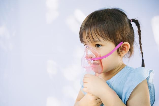 Enfant atteint d'une infection à la poitrine après un rhume ou une grippe Photo Premium