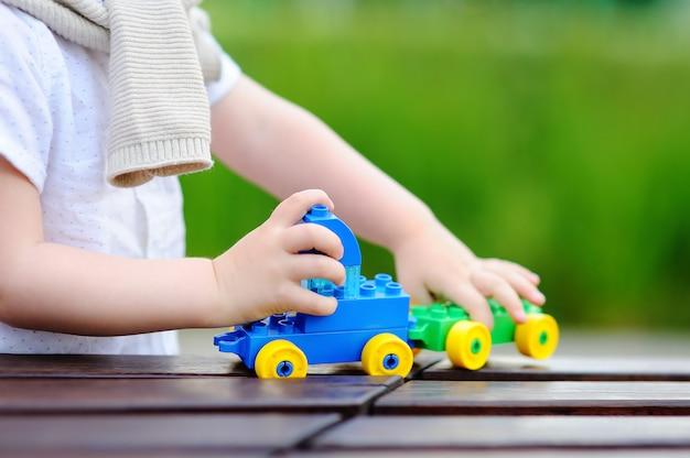 Enfant bambin, jouer, à, train jouet, dehors, à, chaud, journée été Photo Premium