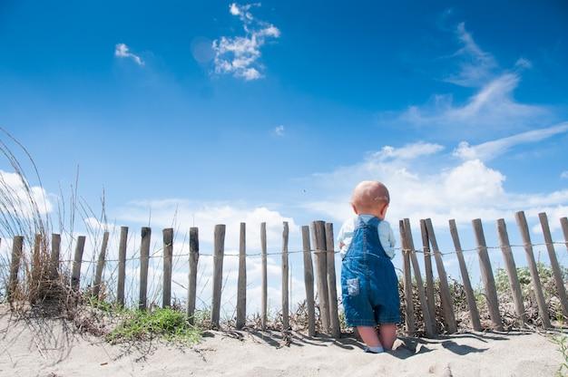 Enfant en bas âge ciel dungaree bleu enfants kid Photo Premium