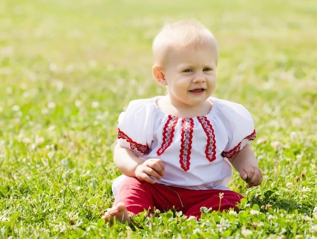 Enfant en bas âge dans les vêtements traditionnels Photo gratuit