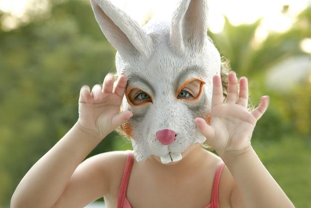 Enfant en bas âge avec masque de lapin blanc Photo Premium