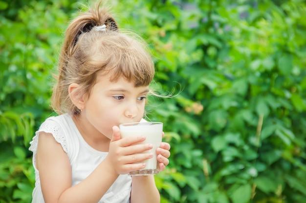 L'enfant boit du lait et des biscuits. mise au point sélective. Photo Premium