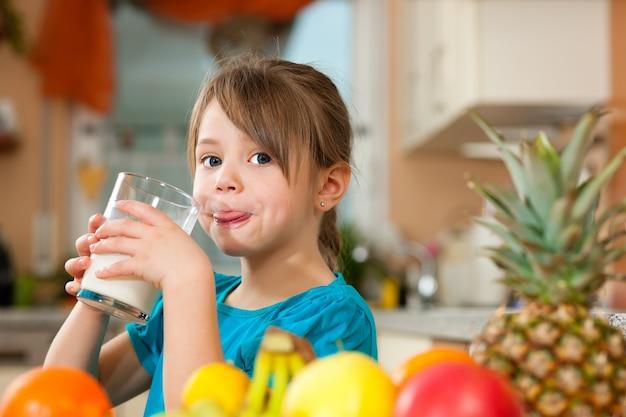 Enfant buvant du lait Photo Premium