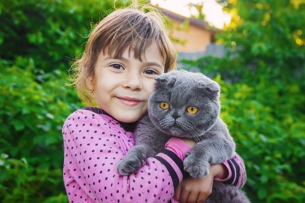 Un enfant et un chat mise au point sélective. Photo Premium