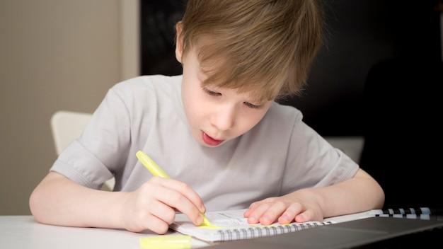 Enfant Concentré écrit Dans Son Cahier Photo Premium