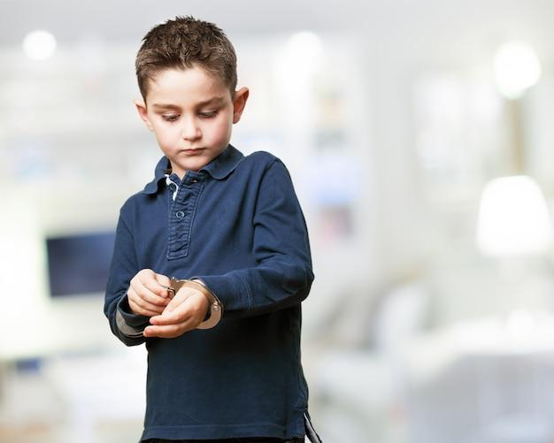 Enfant Concentré En Jouant Avec Des Menottes Photo gratuit