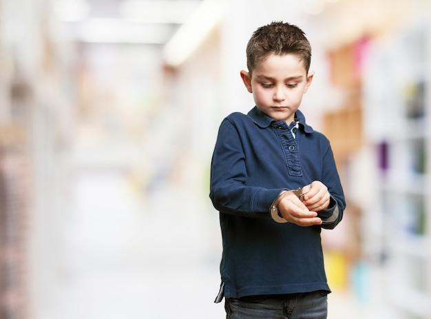Enfant Concentré En Utilisant Des Menottes Photo gratuit