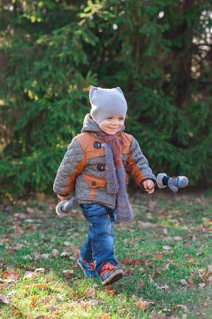 L'enfant court à l'automne park Photo Premium