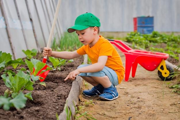 Enfant dans le jardin Photo Premium