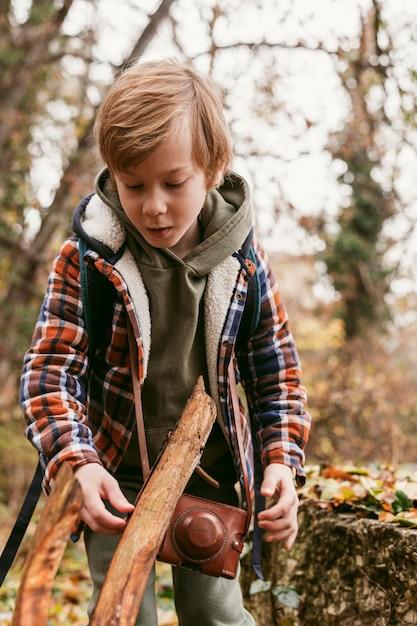 Enfant Dans La Nature Bénéficiant D'un Voyage D'aventure Photo gratuit