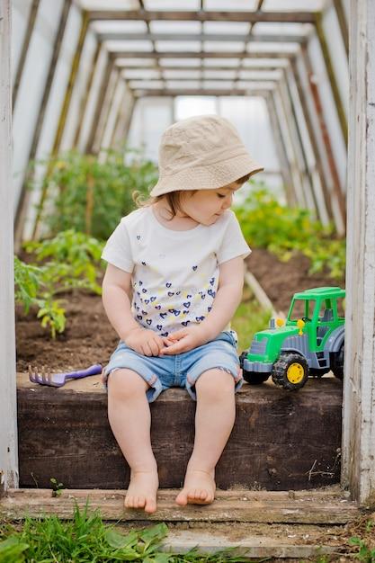 Enfant dans la serre Photo Premium
