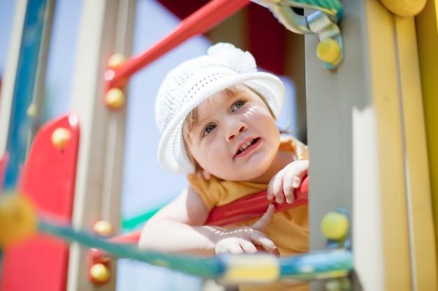 Enfant dans la zone de jeux en été Photo gratuit