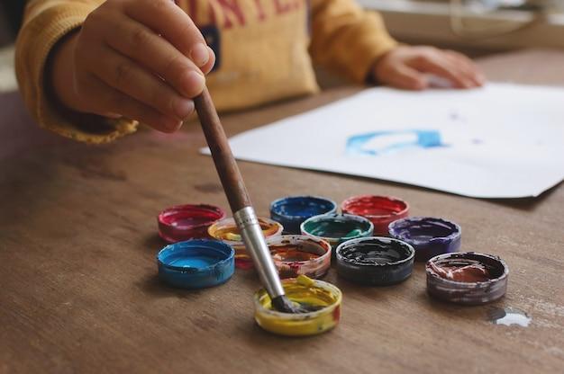 Enfant dessine gouache Photo Premium