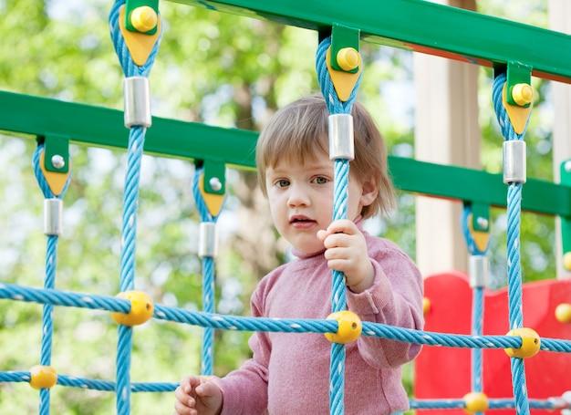 Enfant de deux ans à l'aire de jeux Photo gratuit