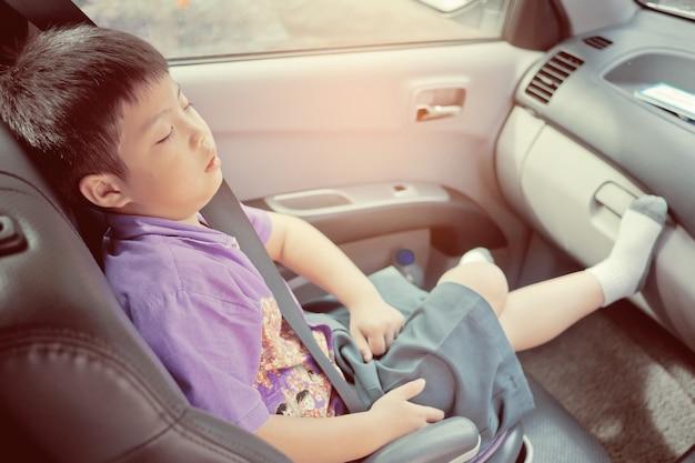 Enfant dormir sur la voiture, enfant se sentir malade, dormir sur le siège auto Photo Premium
