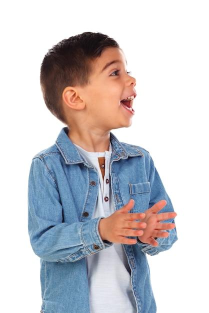 Enfant drôle avec des cheveux sombres applaudissant et chantant Photo Premium