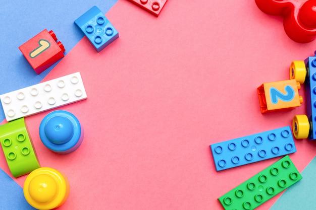 Enfant Enfants éducation Jouets Modèle Coloré Rose Avec Copie Espace. Concept De Bébés Enfants Enfance Photo Premium