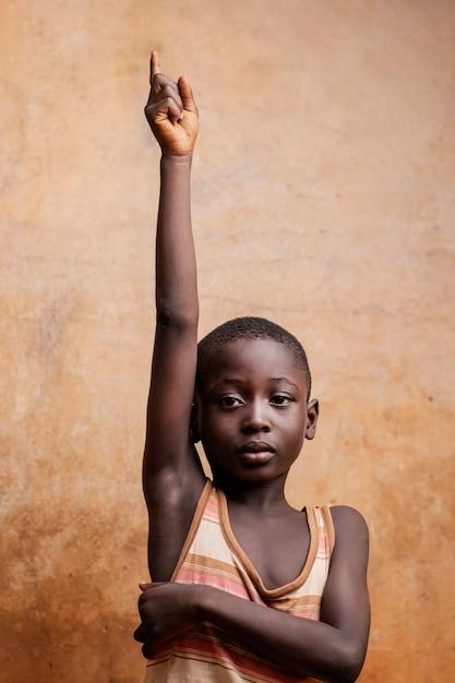 Enfant Expressif Coup Moyen Posant Photo gratuit