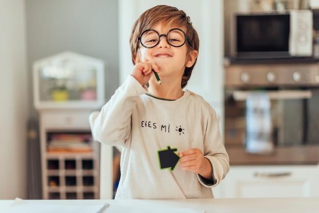Enfant à faire ses devoirs Photo gratuit