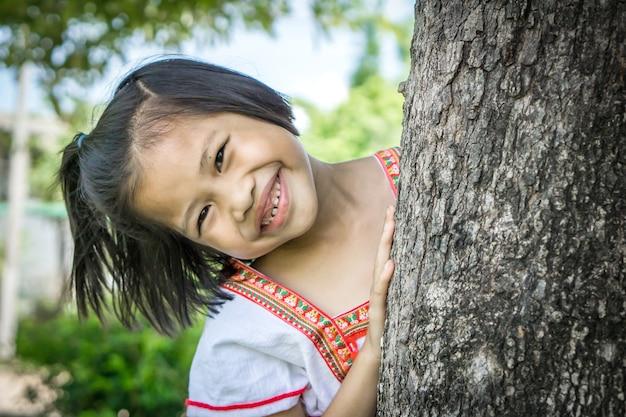 Enfant de fille asiatique mignon souriant à la caméra Photo Premium