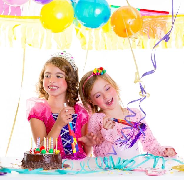 Enfant gosse en fête d'anniversaire danse joyeux rire Photo Premium