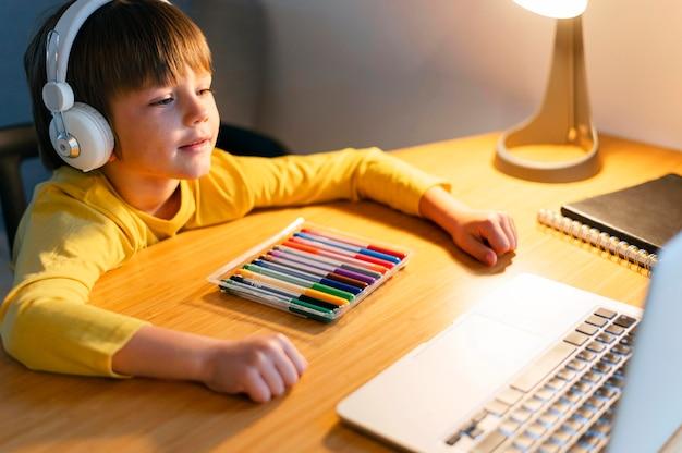Enfant De Haute Vue Prenant Des Cours Virtuels Photo gratuit