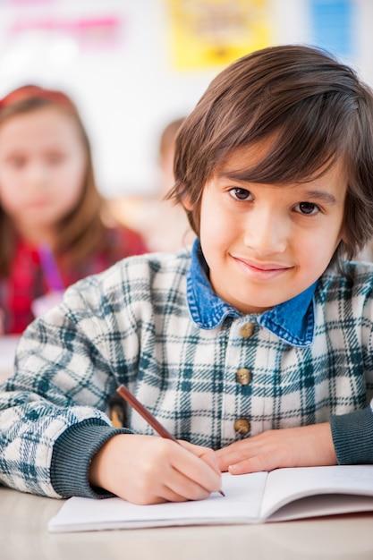 Enfant Heureux à L'école Photo Premium