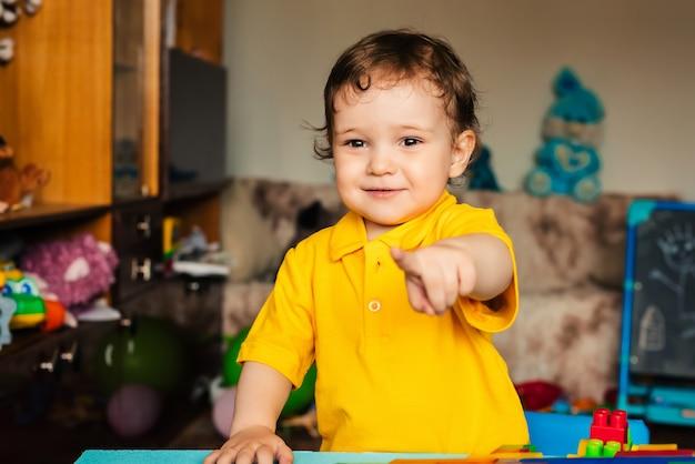 Enfant Heureux émotionnel Un Garçon Rit à La Maison Photo Premium