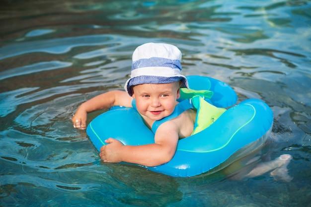 Un enfant heureux nage dans une aire de baignade dans la mer adriatique, au monténégro Photo Premium