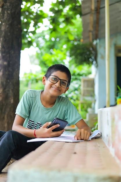Enfant Indien Assistant à Une Conférence En Ligne Photo Premium