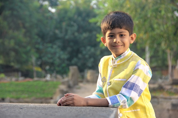 Enfant indien en costume traditionnel Photo Premium