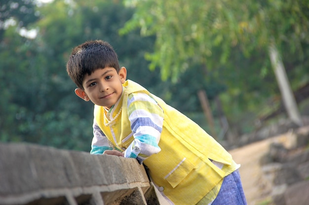 Enfant indien intelligent Photo Premium