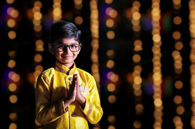 Enfant indien mignon sur l'usure traditionnelle Photo Premium