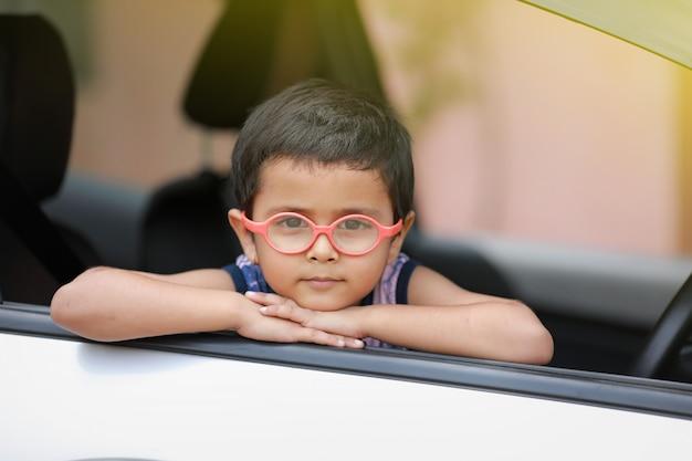 Enfant Indien En Voiture Photo Premium