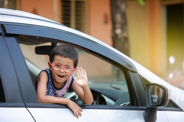 Enfant Indien En Voiture Photo Premium