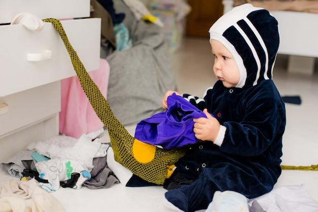 Enfant jette des vêtements Photo Premium