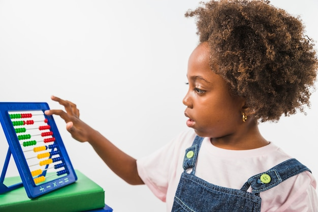 Enfant jouant avec un abaque en studio Photo gratuit