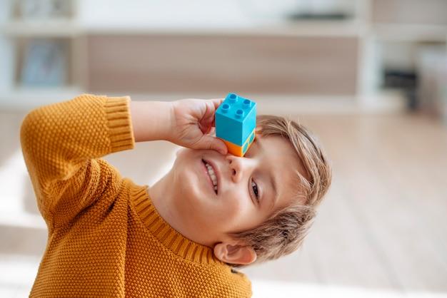 Enfant jouant avec des cubes Photo gratuit