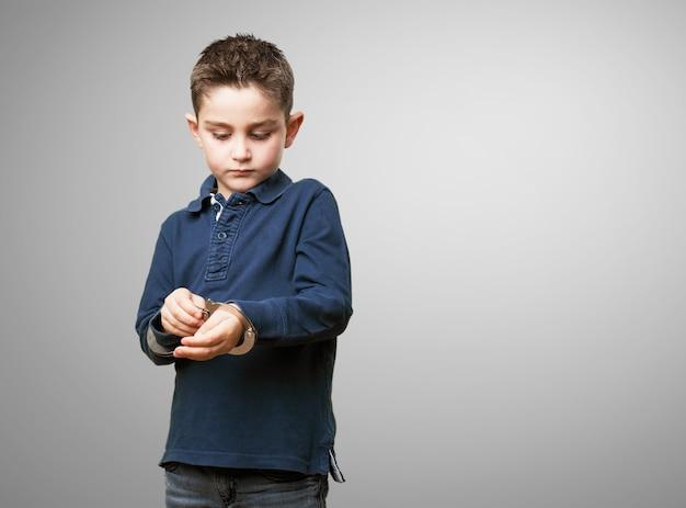 Enfant Jouant Avec Des Menottes Photo gratuit