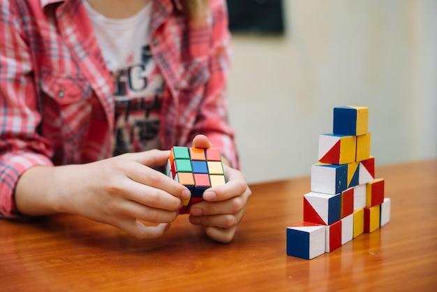 L'enfant joue avec perplexité Photo gratuit