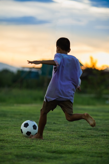 Enfant, jouer, football, football, exercice Photo Premium