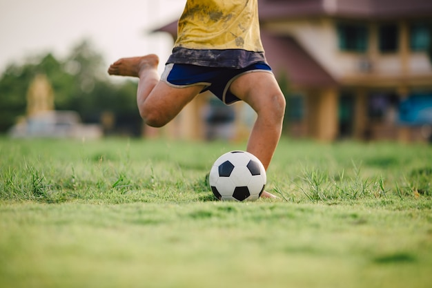 Enfant, jouer, football, football, exercice Photo Premium