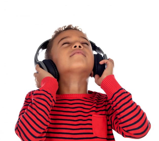 Enfant latine avec un casque un pull rouge Photo Premium