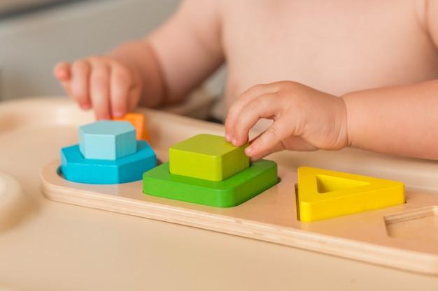 L'enfant à la maison manipule du matériel de montessori pour apprendre Photo Premium