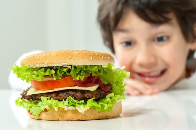 Enfant mange hamburger Photo Premium