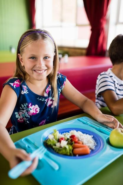Enfant Mangeant à La Cantine Photo Premium