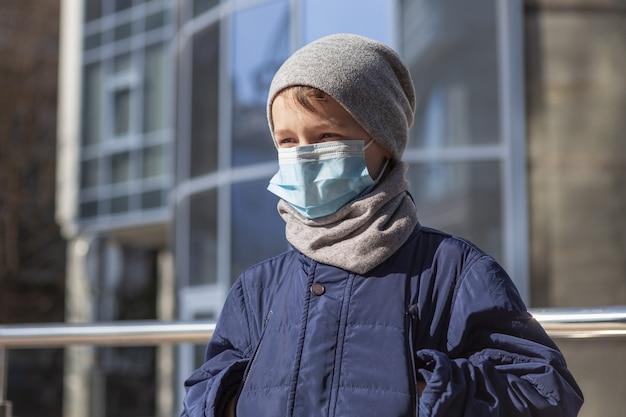 Enfant avec masque médical à l'extérieur Photo gratuit