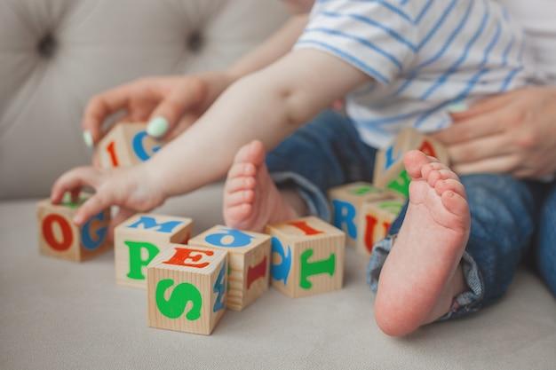 Enfant Méconnaissable Plaing Avec Des Cubes Abc Photo Premium